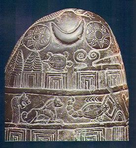 Kudurru de los casitas. Eran concesiones reales escritos en piedra. Fuente: (http://terraeantiqvae.blogia.com/2008/012701-kudurrus-documentos-en-piedra-m-gico-notariales-mesopot-micos.php)